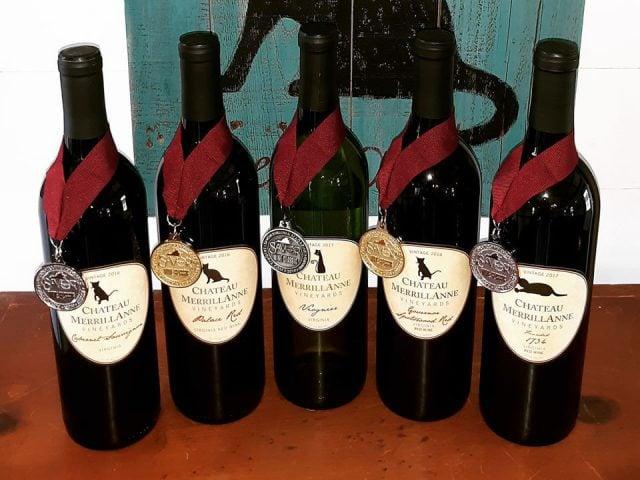 vignoble assortiment de bouteilles de vin primées sur une table chateau merrillanne orange virginie états unis ulocal produits locaux achat local produits du terroir locavore touriste