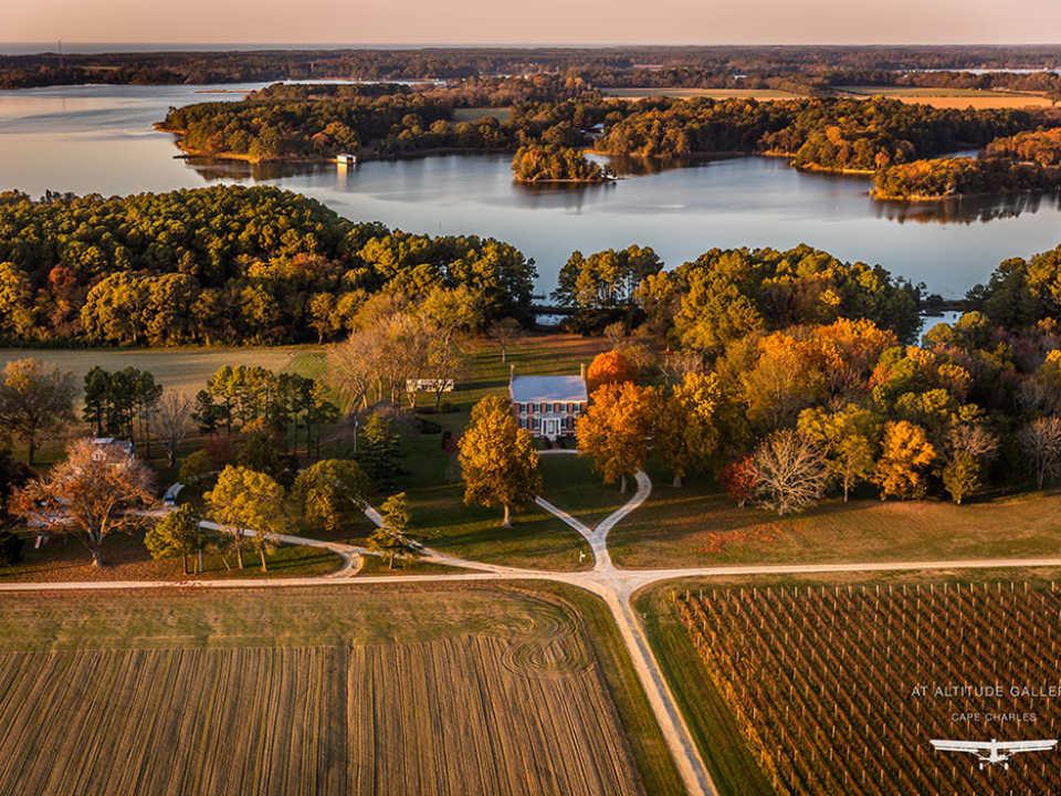 vignoble vue aérienne grand domaine avec vignes et établissement vinicole en automne avec lac chatham vineyards machipongo virginie états unis ulocal produits locaux achat local produits du terroir locavore touriste