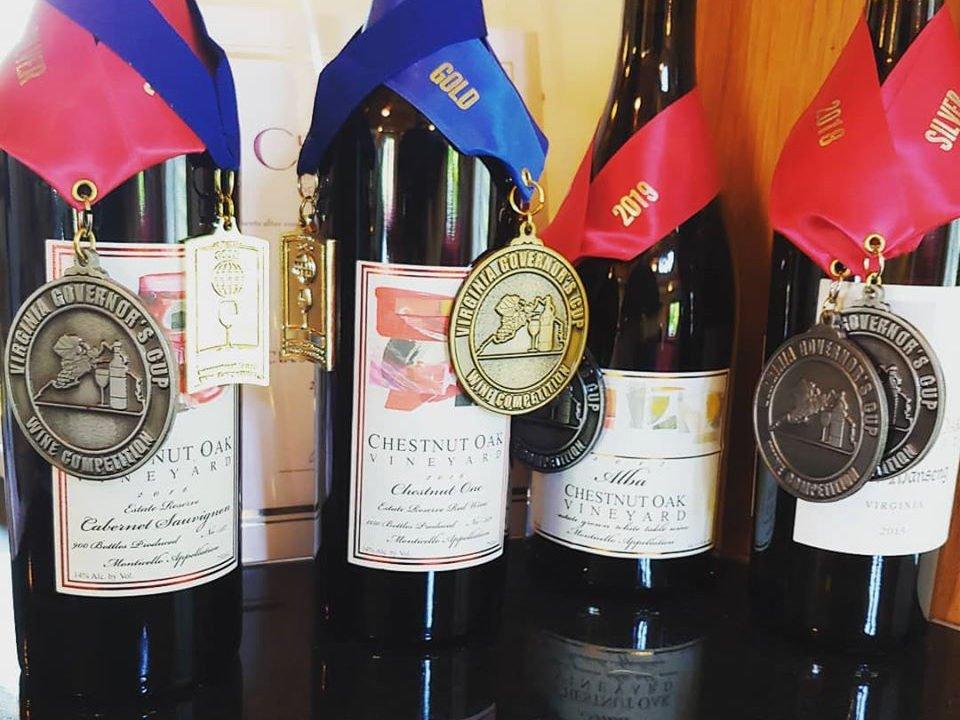 vignoble assortiment de bouteilles de vin primées sur une table chestnut oak vineyard barboursville virginie états unis ulocal produits locaux achat local produits du terroir locavore touriste