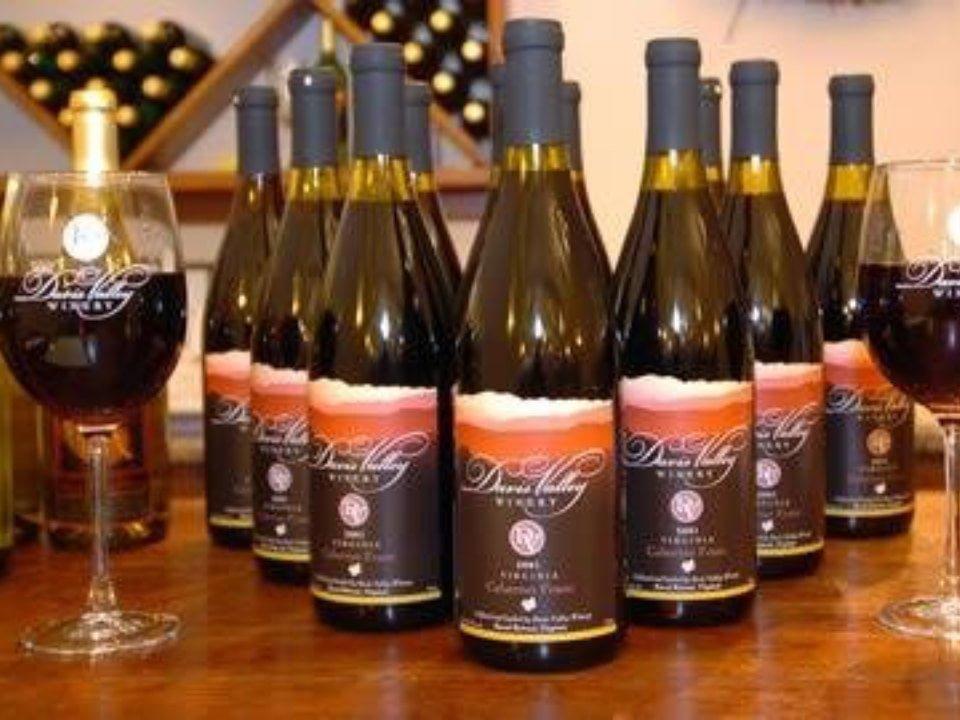 vignoble bouteilles et verres de vin sur une table davis valley winery and vineyard rural virginie états unis ulocal produits locaux achat local produits du terroir locavore touriste
