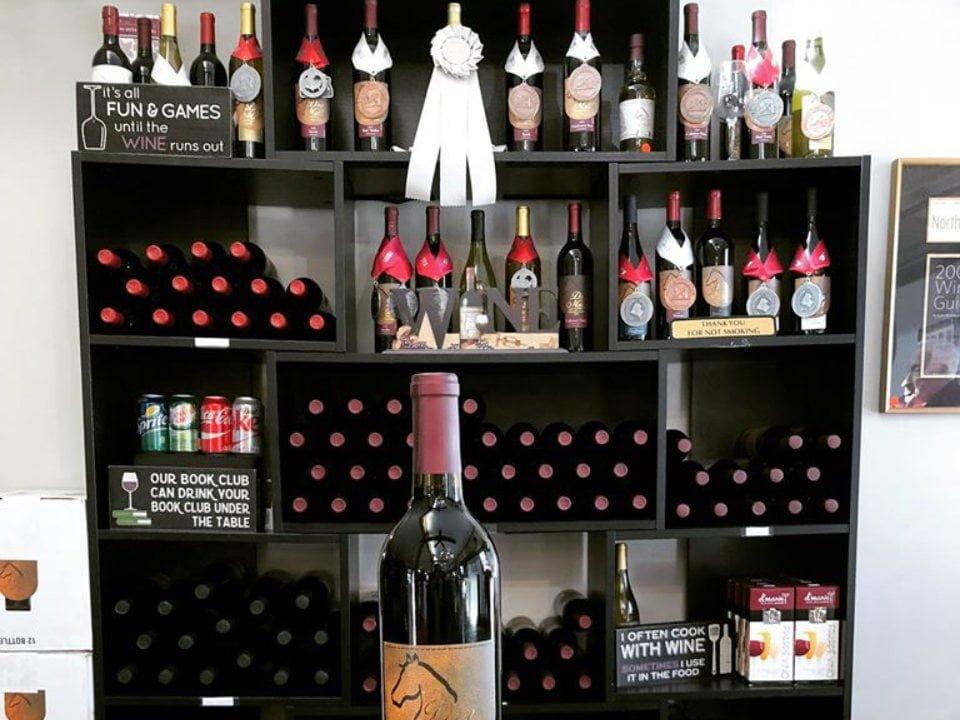 vignoble bouteille de vin et étagère avec bouteilles de vin primées dry mill vineyards and winery leesburg virginie états unis ulocal produits locaux achat local produits du terroir locavore touriste