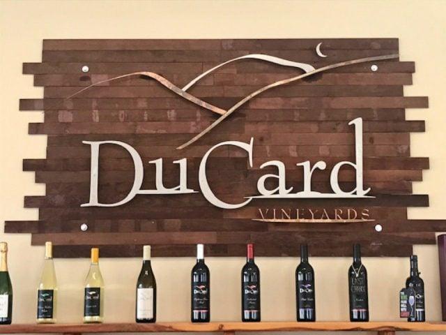 vignoble bouteilles de vin sur tablette avec logo sur le mur ducard vineyards etlan virginie états unis ulocal produits locaux achat local produits du terroir locavore touriste