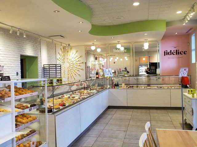 pâtisserie intérieur de la boutique avec présentoir de patisserie fidélice gatineau quebec canada ulocal produits locaux achat local produits du terroir locavore touriste