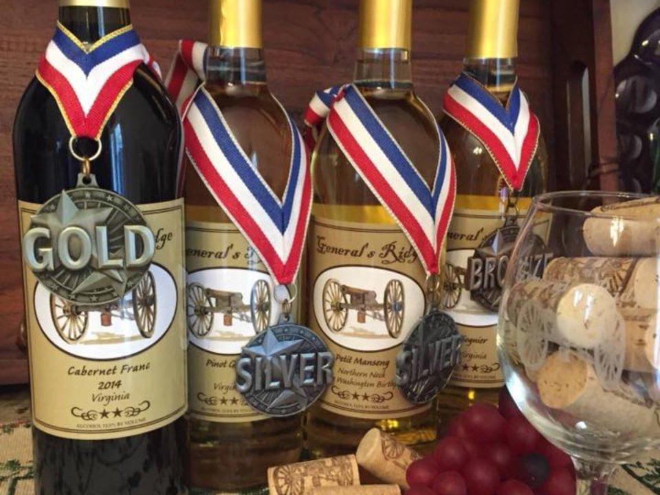 vignoble assortiment de bouteilles de vin primées avec verre rempli de bouchons de liège generals ridge vineyard hague virginie états unis ulocal produits locaux achat local produits du terroir locavore touriste