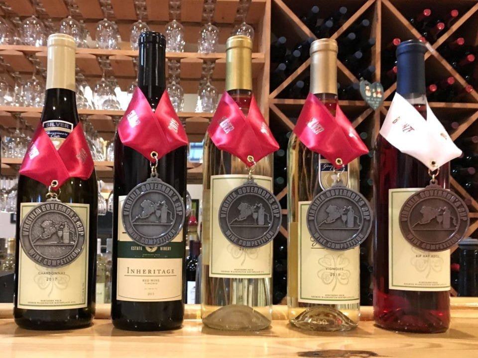 vignoble assortiment de bouteilles de vin primées sur le bar avec présentoir de vin en bois good luck cellars kilmarnock virginie états unis ulocal produits locaux achat local produits du terroir locavore touriste