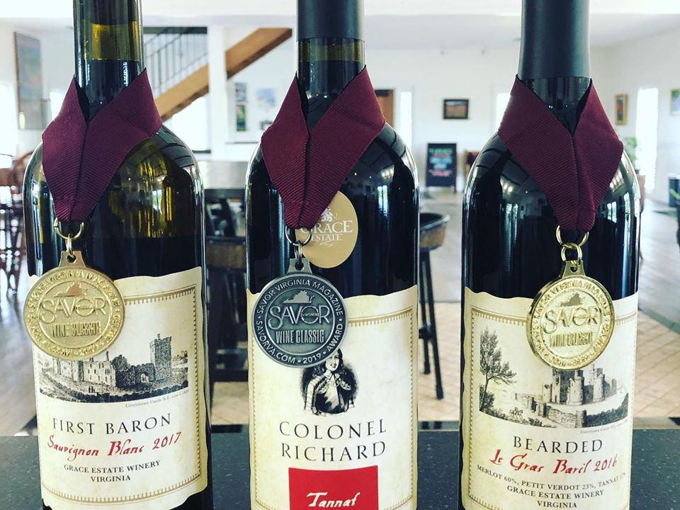 vignoble assortiment de bouteilles de vin primées dans la salle de dégustation grace estate winery crozet virginie états unis ulocal produits locaux achat local produits du terroir locavore touriste