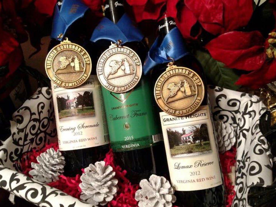 vignoble assortiment de bouteilles de vin primées dans un panier décoré de rouge granite heights winery warrenton virginie états unis ulocal produits locaux achat local produits du terroir locavore touriste