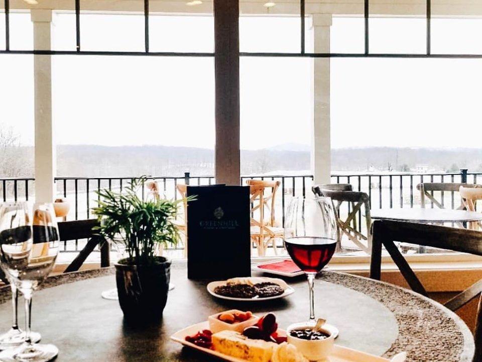 vignoble salle de dégustation avec verre de vin et plateau de fromage et fruits sur une table avec vue de la terrasse greenhill winery and vineyards middleburg virginie états unis ulocal produits locaux achat local produits du terroir locavore touriste