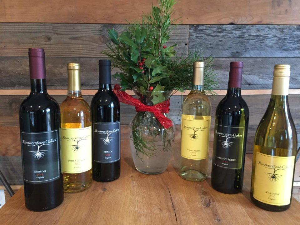 vignoble assortiment de 6 bouteilles de vin sur une table de bois et pot de fleurs au centre hammerstone cellars orange virginie états unis ulocal produits locaux achat local produits du terroir locavore touriste