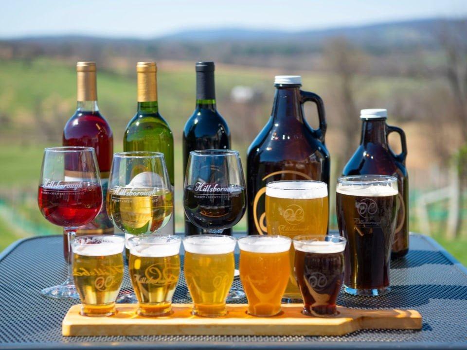 vignoble assortiment de bouteilles de vin et de bières sur une table de la terrasse hillsborough vineyards and brewery hillsboro virginie états unis ulocal produits locaux achat local produits du terroir locavore touriste