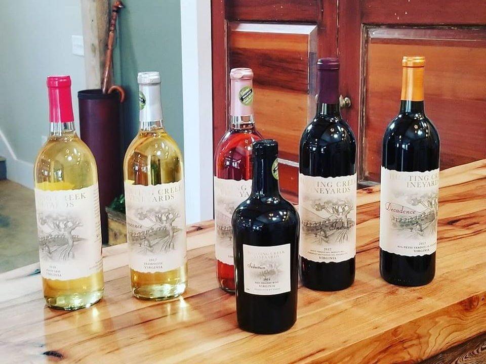 vignoble assortiment de bouteilles de vin sur le bar de dégustation hunting creek vineyards clover virginie états unis ulocal produits locaux achat local produits du terroir locavore touriste