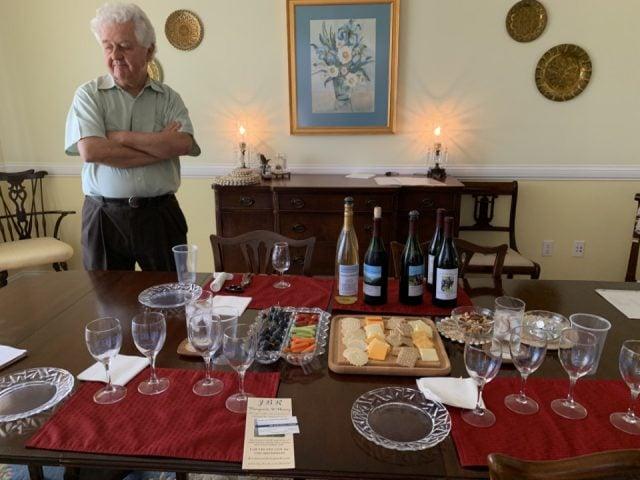 vignoble propriétaire avec une table montée pour les dégustations avec bouteilles de vin et plateaux de fruits légumes et fromages jbr vineyards and winery radford virginie états unis ulocal produits locaux achat local produits du terroir locavore touriste