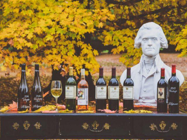 vignoble assortiment de bouteilles de vin sur une table en plein-air avec statue de jefferson jefferson vineyards charlottesville virginie états unis ulocal produits locaux achat local produits du terroir locavore touriste