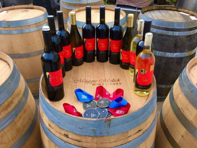 vignoble assortiment bouteilles de vin sur un baril dans la cave des tonneaux maggie malick wine caves purcellville virginie états unis ulocal produits locaux achat local produits du terroir locavore touriste