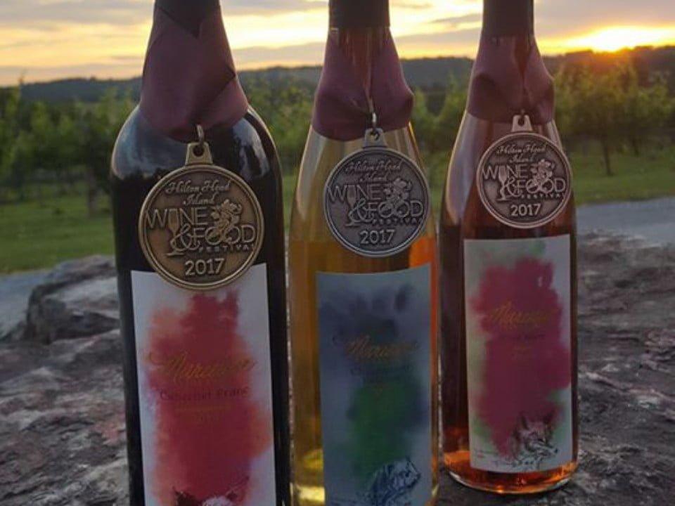 vignoble 3 bouteilles de vin primées sur une roche en plein-air devant les vignes marceline vineyards mount crawford virginie états unis ulocal produits locaux achat local produits du terroir locavore touriste
