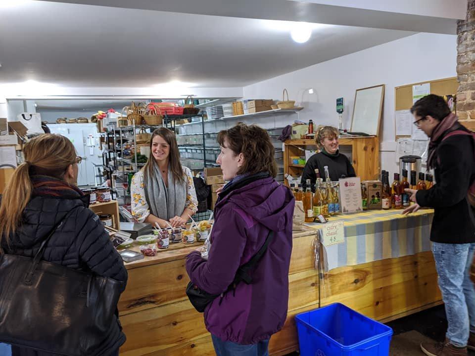 marché public kiosque intérieur avec clients et personnel le marché de l'outaouais gatineau quebec canada ulocal produits locaux achat local produits du terroir locavore touriste