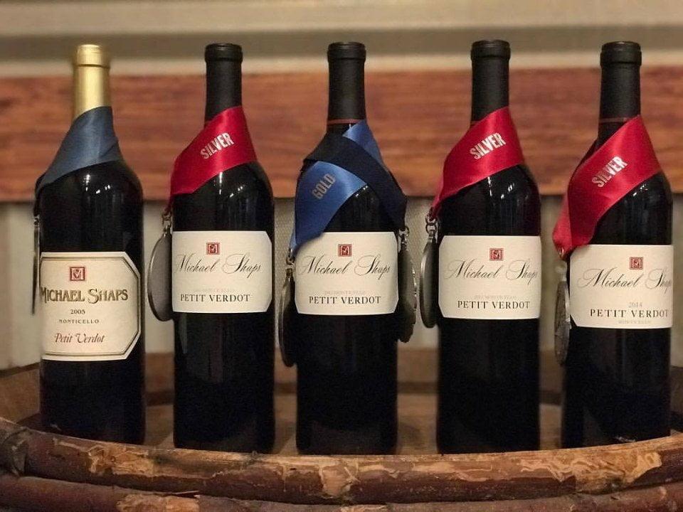 vignoble assortiment de 5 bouteilles de vin primées sur un tonneaux de bois michael shaps wineworks extended charlottesville virginie états unis ulocal produits locaux achat local produits du terroir locavore touriste