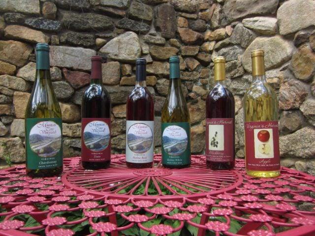 vignoble assortiment de bouteilles de vin sur une table avec mur de pierres mountain cove vineyards lovingston virginie états unis ulocal produits locaux achat local produits du terroir locavore touriste