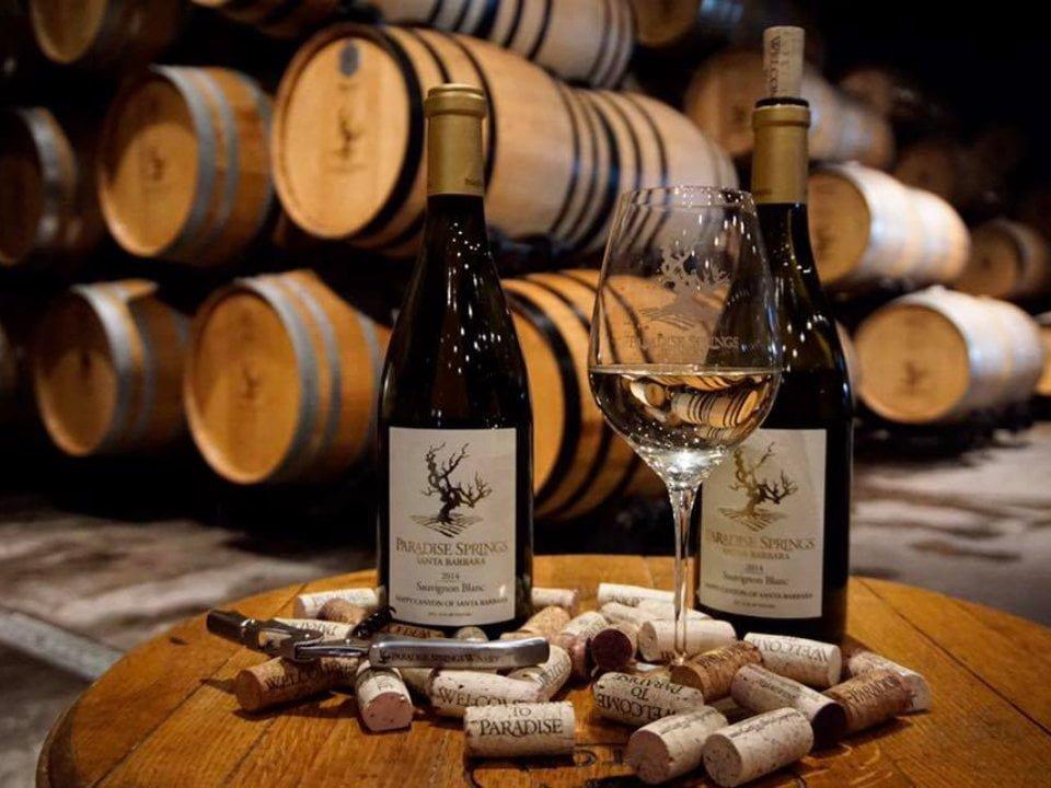 vignoble assortiment de 2 bouteilles de vin avec bouchons de liège dans la cave avec tonneaux paradise springs winery santa barbara california états unis ulocal produits locaux achat local produits du terroir locavore touriste