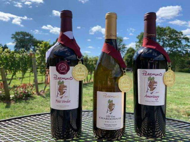 vignoble assortiment de 3 bouteilles de vin primées sur une table de la terrasse et vignes pearmund cellars broad run virginie états unis ulocal produits locaux achat local produits du terroir locavore touriste