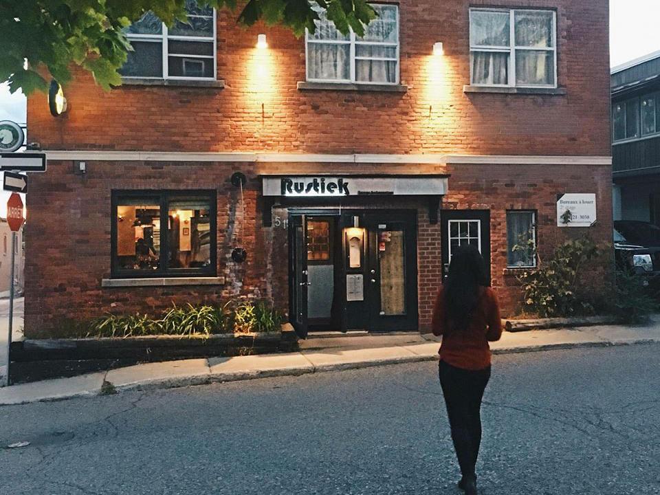 restaurant façade extérieure du retaurant en briques brunes avec femme dans la rue rustiek gatineau quebec canada ulocal produits locaux achat local produits du terroir locavore touriste