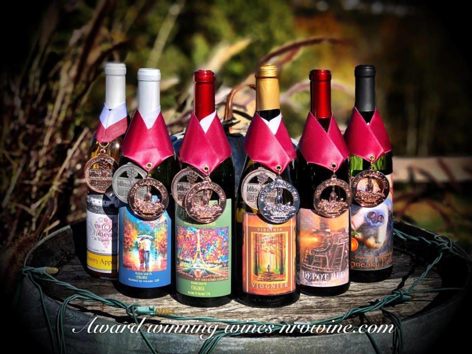 vignoble assortiment de bouteilles de vin primées sur un tonneau dans la nature the new river vineyard and winery fairlawn virginie états unis ulocal produits locaux achat local produits du terroir locavore touriste