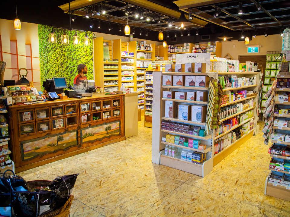 boutique intérieur de la boutique et de l'épicerie allons vert montréal quebec canada ulocal produits locaux achat local produits du terroir locavore touriste