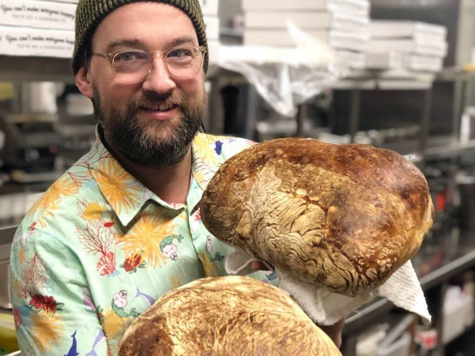 boulangerie artisanale personnel avec miches de pain dans les mains boulangerie art-is-in ottawa ontario canada ulocal produits locaux achat local produits du terroir locavore touriste