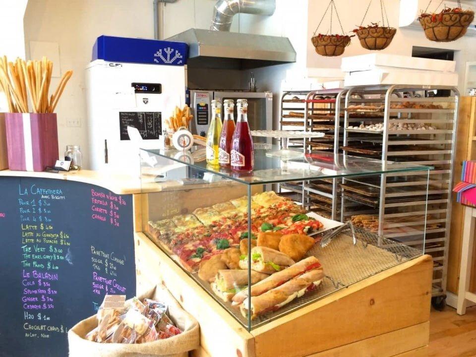 boulangerie artisanale intérieur de la boulangerie patisserie avec comptoir de produits du jour arte et farina montréal quebec canada ulocal produits locaux achat local produits du terroir locavore touriste