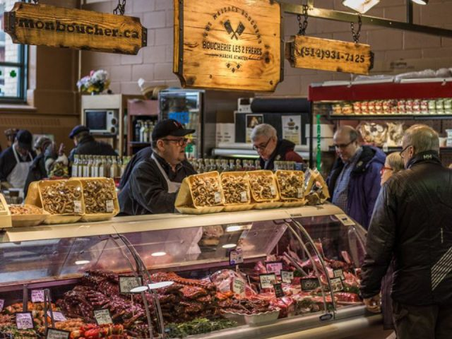 boucherie intérieur du marché avec présentoirs de viande boucherie les deux freres montreal quebec canada ulocal produits locaux achat local produits du terroir locavore touriste