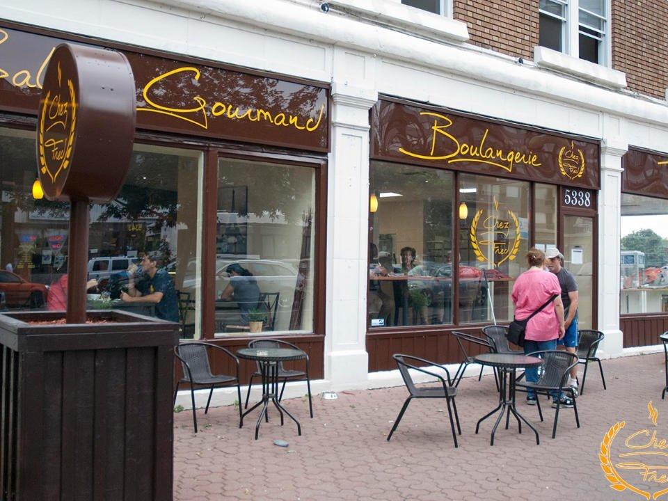 boulangerie artisanale façade de la boulangerie avec terrasse boulangerie chez fred montréal quebec canada ulocal produits locaux achat local produits du terroir locavore touriste