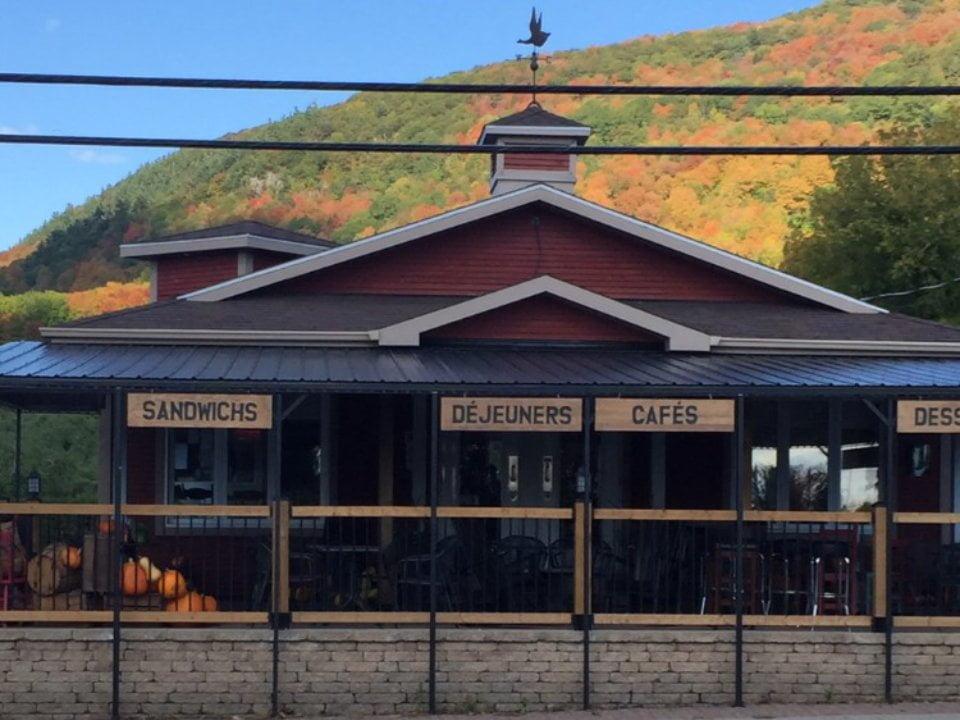 restaurant façade du restaurant cafe des recoltes saint-paul-d'abbotsford quebec canada ulocal produits locaux achat local produits du terroir locavore touriste