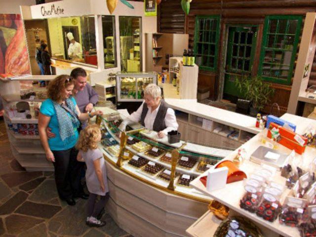 chocolaterie intérieur de la boutique de chocolat avec clients chocomotive montebello quebec canada ulocal produits locaux achat local produits du terroir locavore touriste