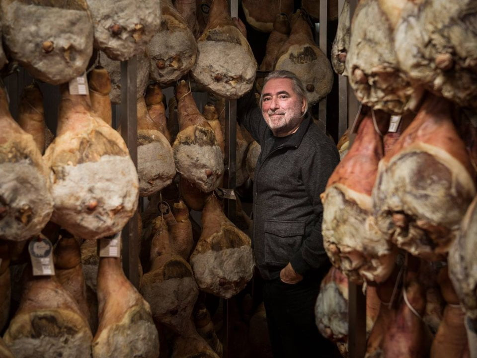 sale of meat patrick mathey surrounded by pieces of pig meat cochons tout ronds montréal quebec canada ulocal local products local purchase local produce locavore tourist