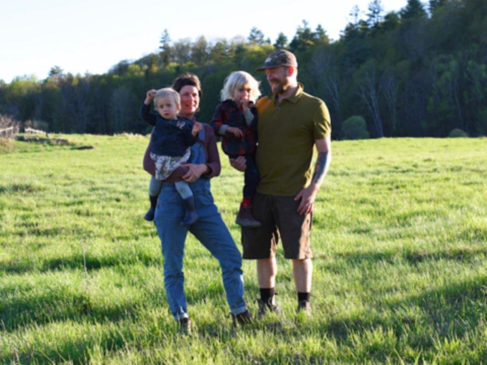vente de viande famille avec leurs 2 enfants dans le champs ferme alska low quebec canada ulocal produits locaux achat local produits du terroir locavore touriste