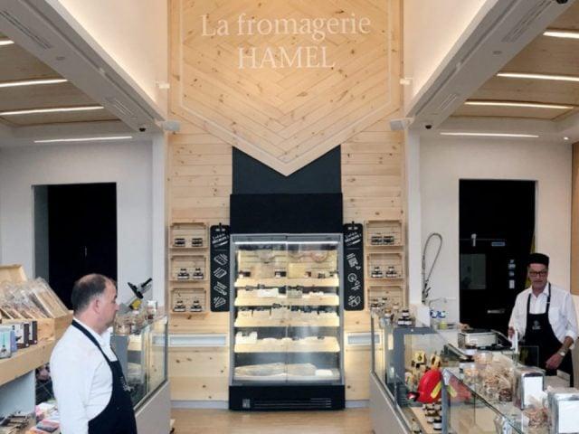 fromagerie intérieur de la boutique avec présentoirs de fromage la fromagerie hamel montreal quebec canada ulocal produits locaux achat local produits du terroir locavore touriste