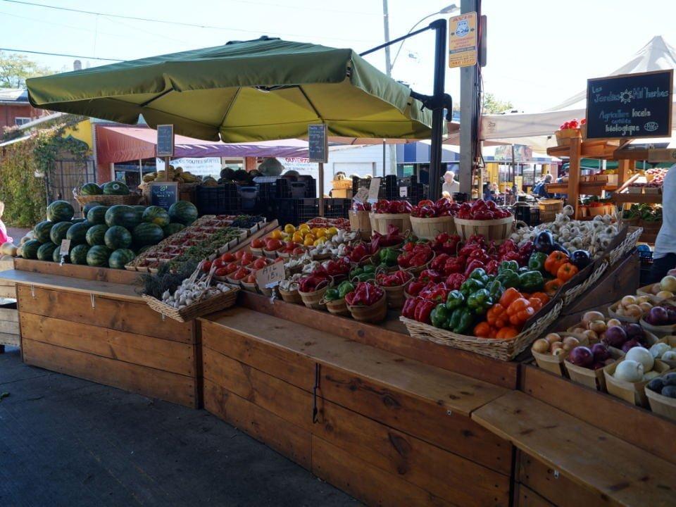 marché de fruits et/ou légumes kiosque de fruits et légumes bio les jardins milherbes montréal quebec canada ulocal produits locaux achat local produits du terroir locavore touriste