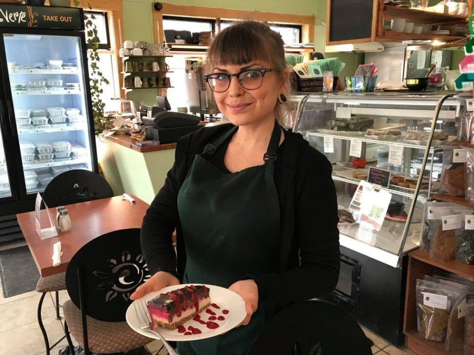 restaurant serveuse avec assiette de dessert la belle verte gatineau quebec canada ulocal produits locaux achat local produits du terroir locavore touriste