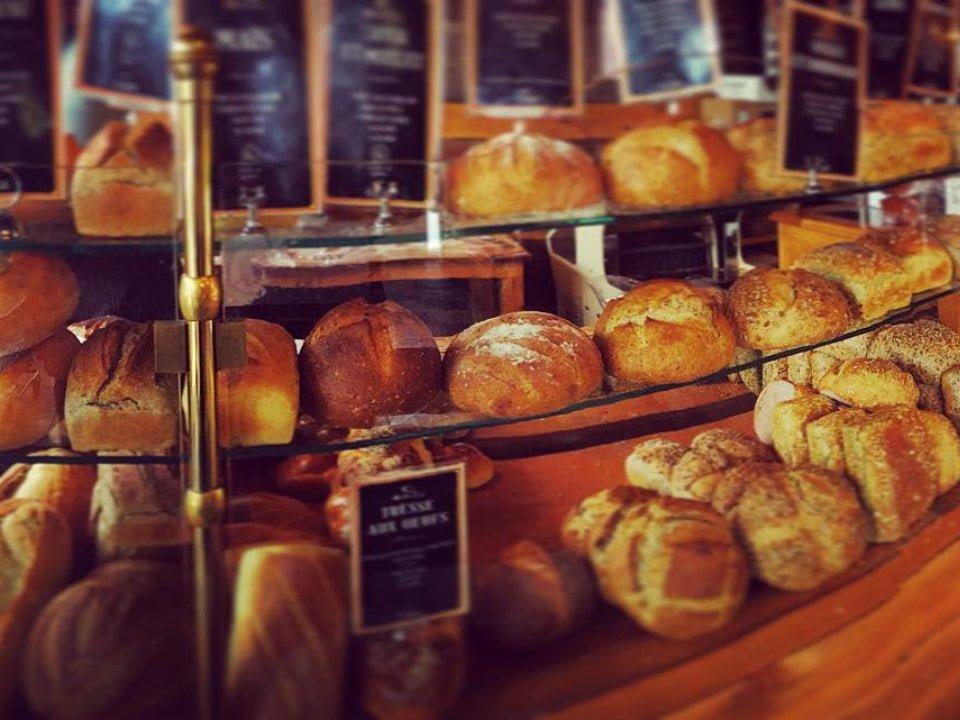boulangerie artisanale présentoir de pains du jour la miche doree montréal quebec canada ulocal produits locaux achat local produits du terroir locavore touriste
