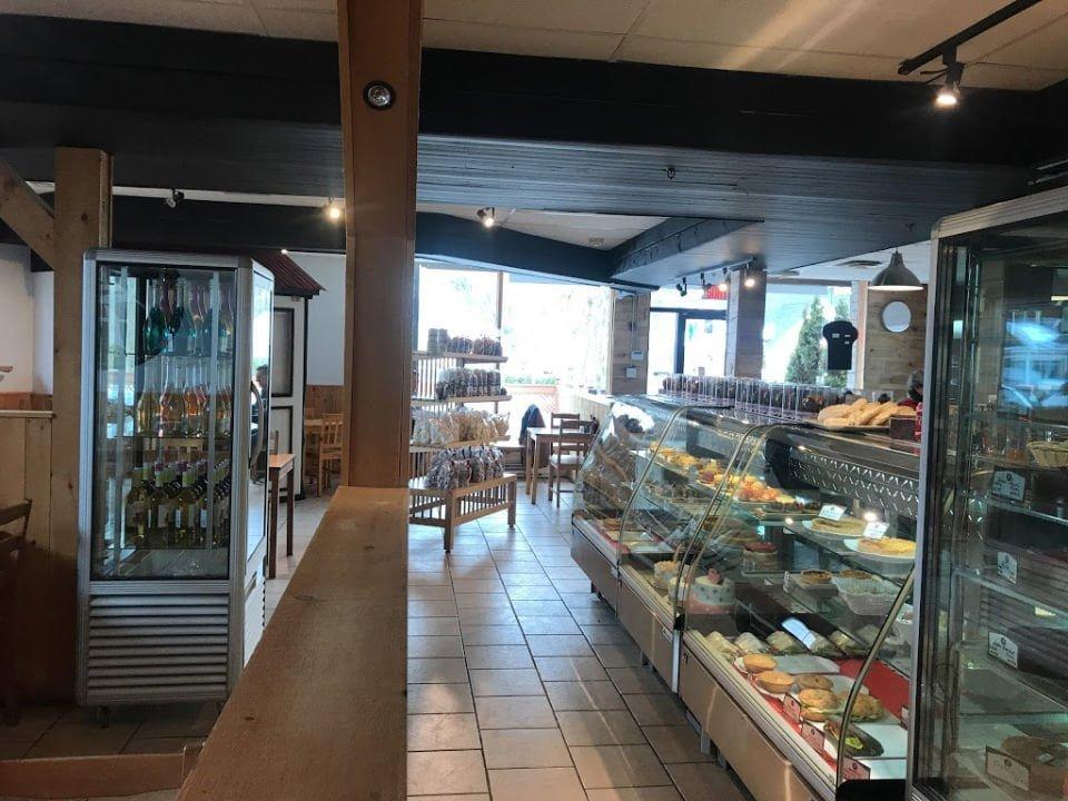 boulangerie artisanale intérieur de la boulangerie patisserie avec comptoir de produits du jour et boutique les moulins la fayette montréal quebec canada ulocal produits locaux achat local produits du terroir locavore touriste