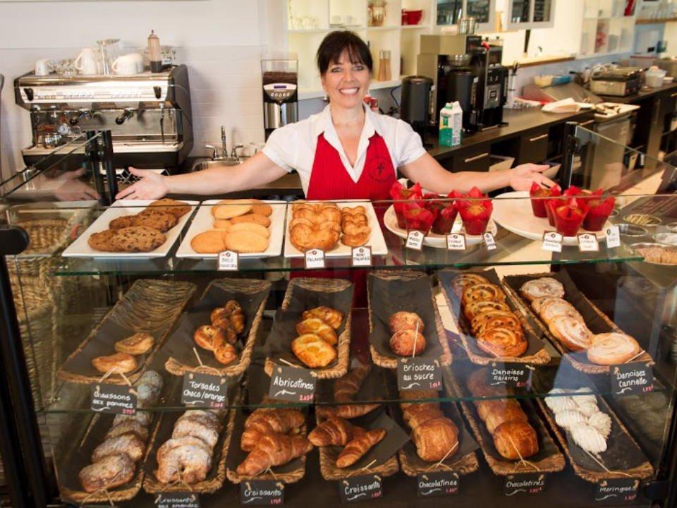 boulangerie artisanale personnel derrière le présentoir de patisseries du jour les moulins la fayette montréal quebec canada ulocal produits locaux achat local produits du terroir locavore touriste