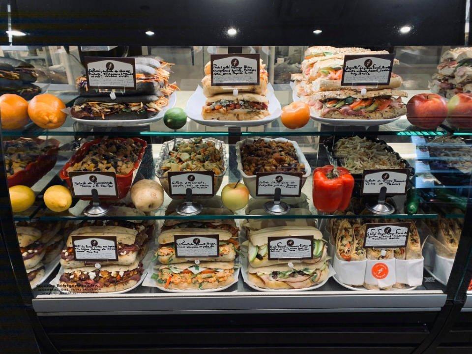 boulangerie artisanale présentoir de sandwichs salades plats du jour les moulins la fayette montréal quebec canada ulocal produits locaux achat local produits du terroir locavore touriste