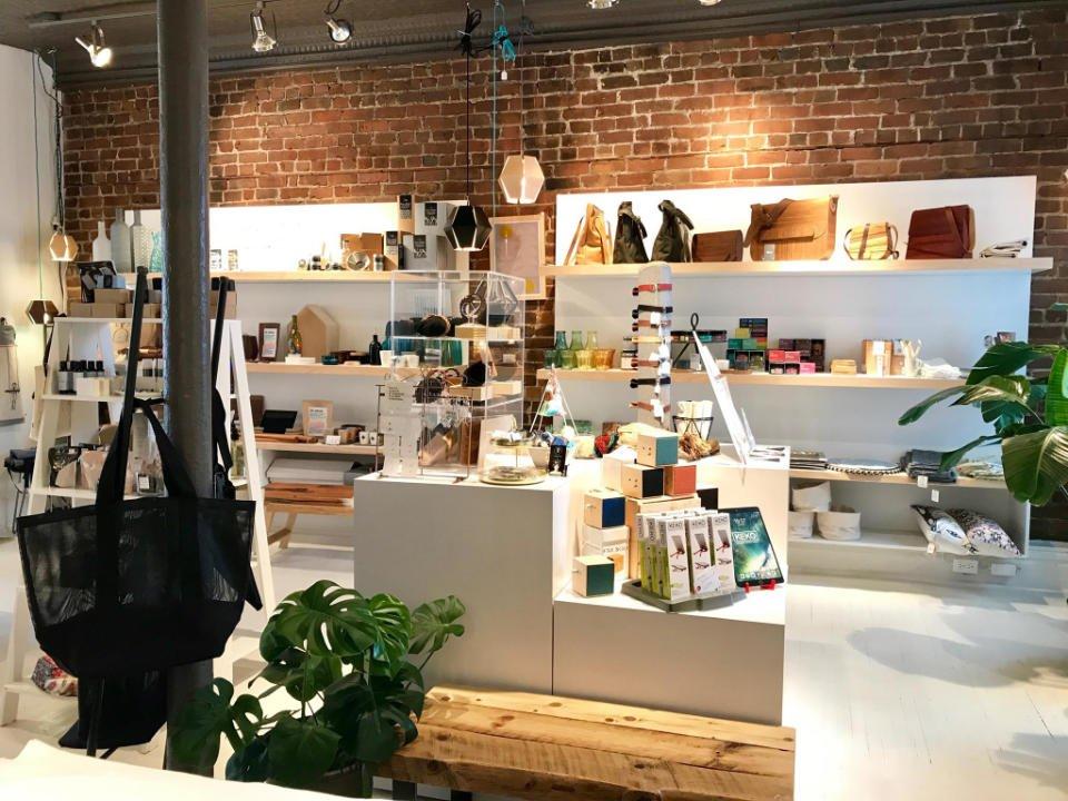 boutique d'artisanat intérieur de la boutique lola petite bourgogne montréal quebec canada ulocal produits locaux achat local produits du terroir locavore touriste