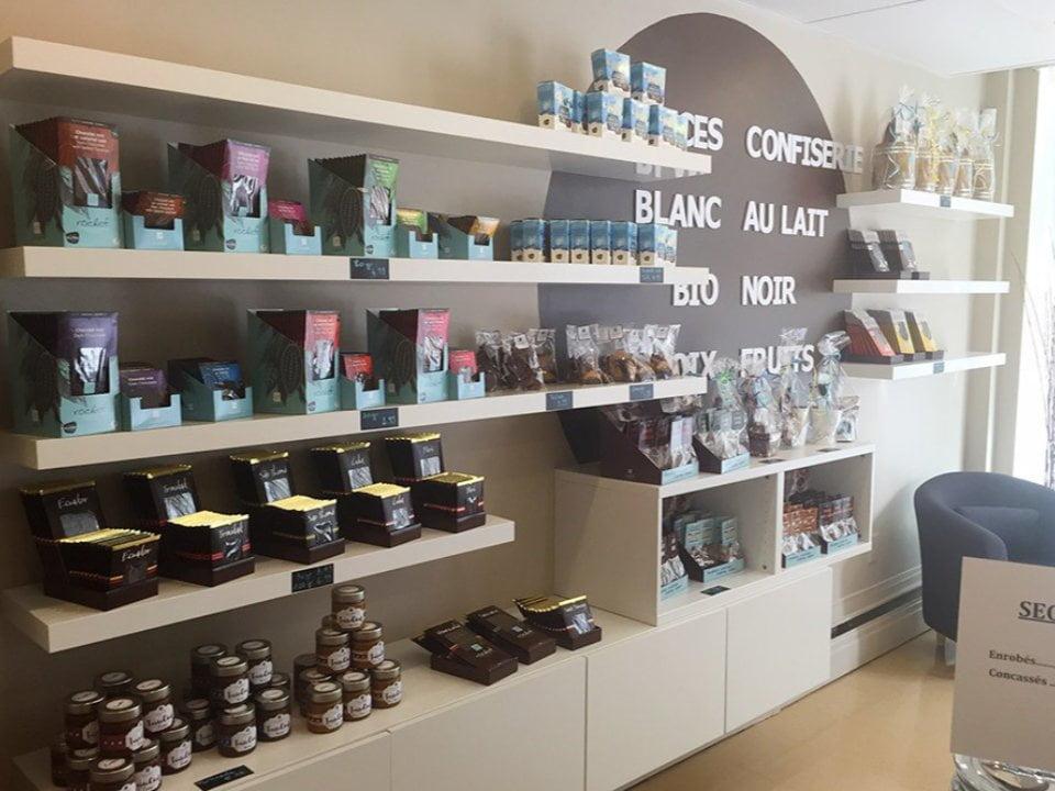 chocolaterie intérieur de la boutique avec étalage rochef chocolatier gatineau quebec canada ulocal produits locaux achat local produits du terroir locavore touriste