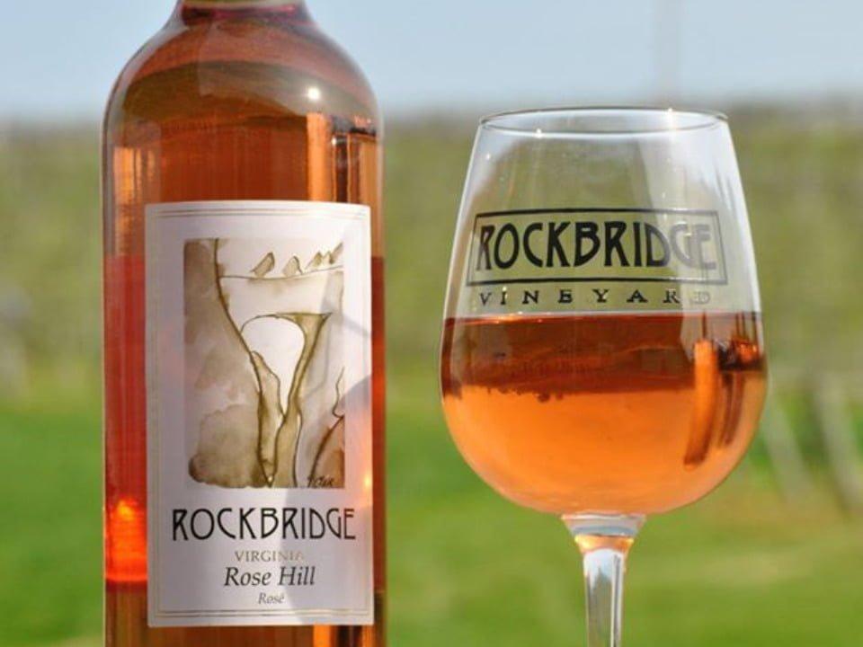 vignoble bouteille et verre de vin rosé rockbridge vineyard raphine virginie états unis ulocal produits locaux achat local produits du terroir locavore touriste