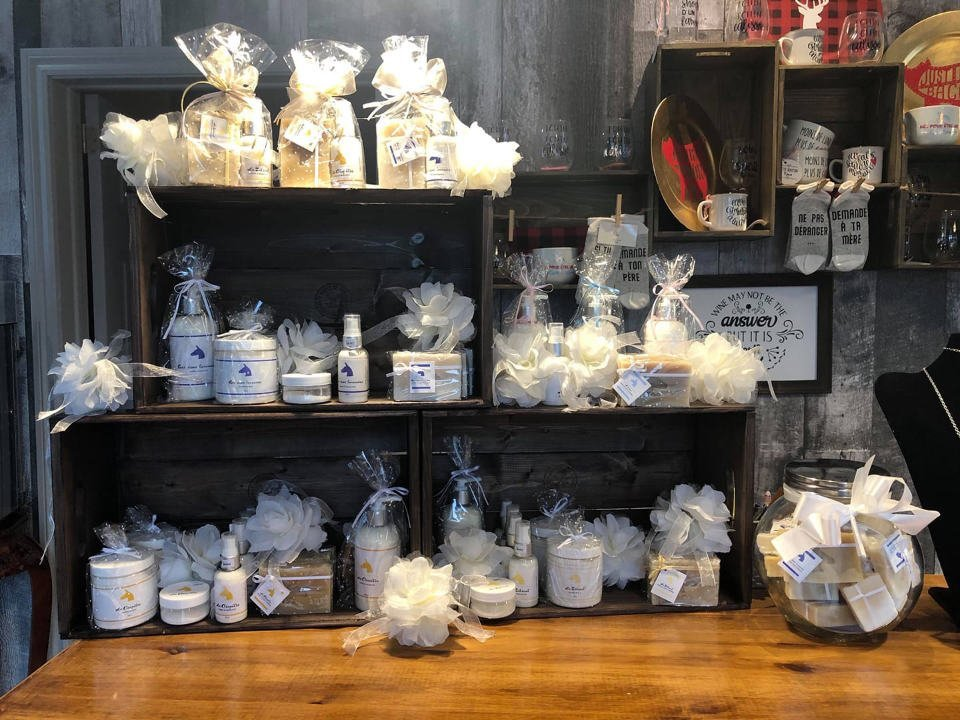 boutique cosmetics and body soaps savonnerie la flaneuse saint-andré-avellin quebec canada ulocal local products local purchase local produce locavore tourist