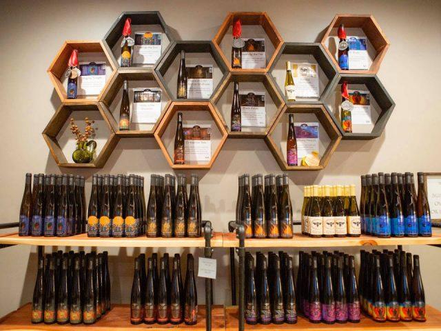 alcool présentoir de bouteilles d'hydromel en forme d'alvéoles silver hand meadery williamsburg virginie états unis ulocal produits locaux achat local produits du terroir locavore touriste