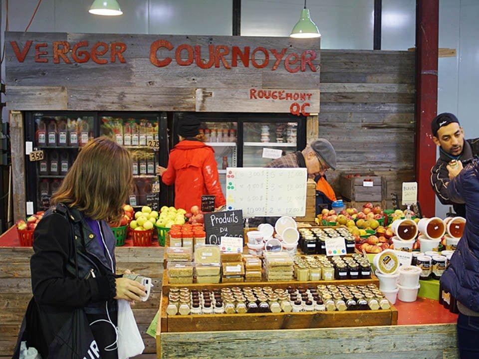 marché de fruits et/ou légumes kiosque de produits du verger verger cournoyer marché jean-talon montréal quebec canada ulocal produits locaux achat local produits du terroir locavore touriste