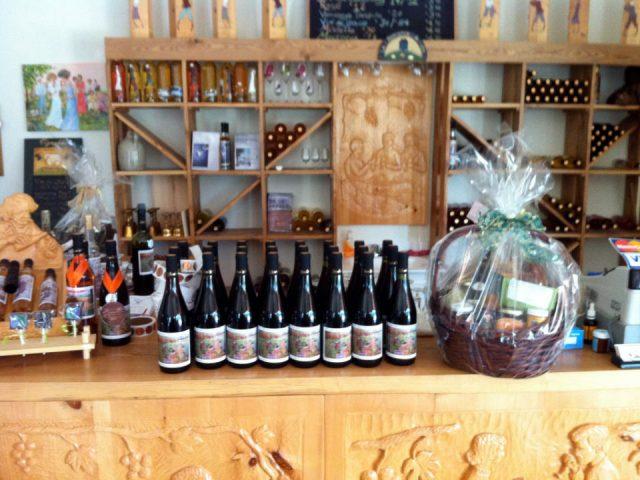 vignoble bar de dégustation avec bouteilles de vin primées vignoble la romance du vin rigaud quebec canada ulocal produits locaux achat local produits du terroir locavore touriste