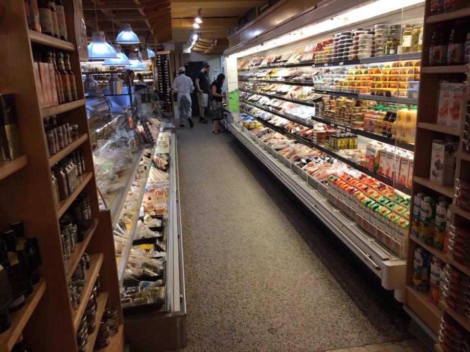 épicerie spécialisée intérieur de l'épicerie chez latina montreal quebec canada ulocal produits locaux achat local produits du terroir locavore touriste